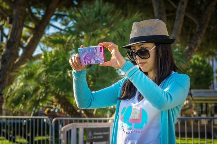 selfie-smartphone-self-phone-portrait-young-girl-750x499